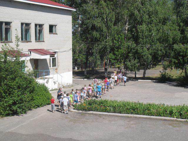 ...тренировочная эвакуация из здания школы; ребят ознакомили со схемой эвакуации, с первичными средствами...